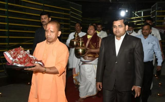 Yogi Adityanath arrives in Ayodhya temple despite lockdown in country, criticized